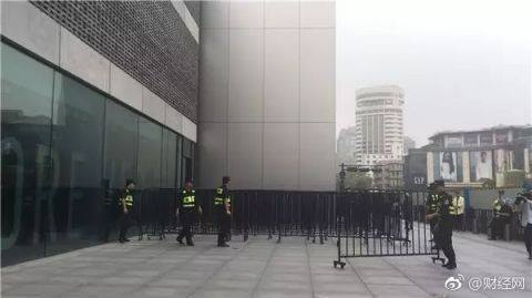 На старт продажів iPhone 8 в Китаї прийшли дві людини
